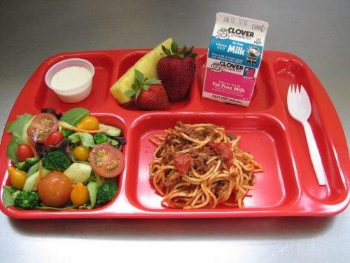 School Lunch Memilih dan Memberikan Susu untuk Keluarga