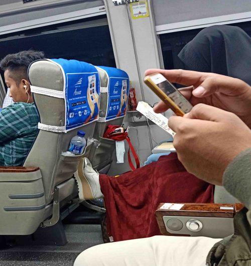 Suasana di dalam kereta api